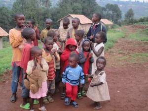 Elf Häuser für alleinerziehende Mütter in Tumba gebaut